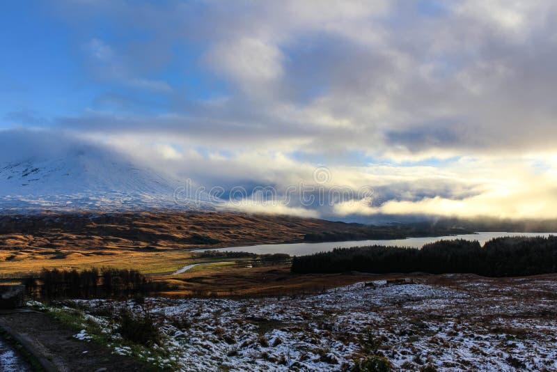 Cloudscape y montañas Nevado de las montañas escocesas imágenes de archivo libres de regalías