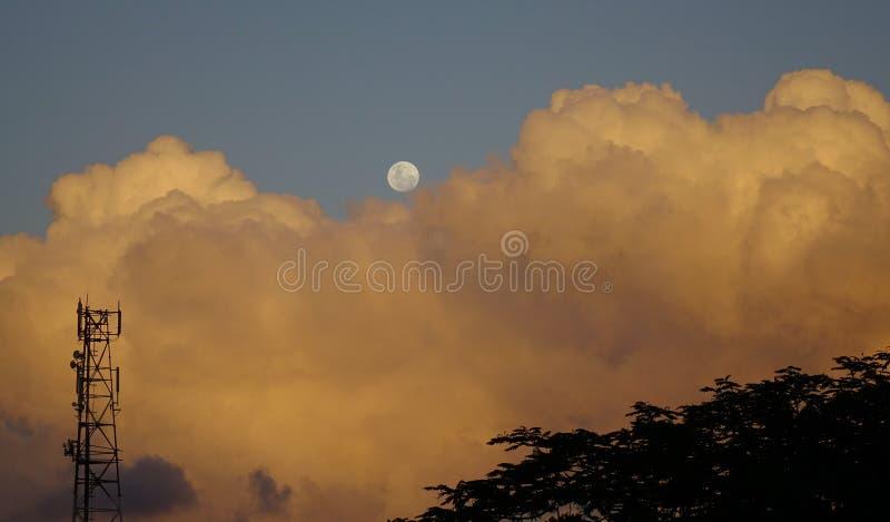 Cloudscape z półksiężyc księżyc przy zmierzchem zdjęcia royalty free