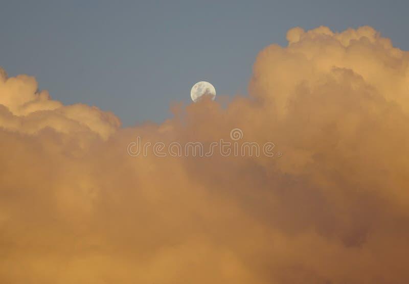 Cloudscape z półksiężyc księżyc przy zmierzchem obraz royalty free