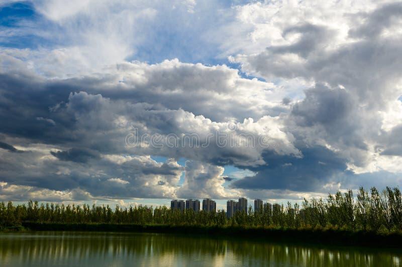 Cloudscapen upp sjön arkivfoton