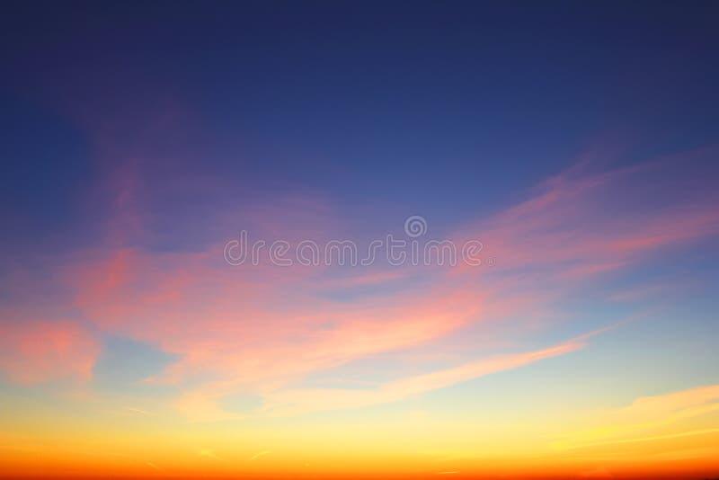 Cloudskape de ciel avec les nuages roses au lever de soleil photo libre de droits