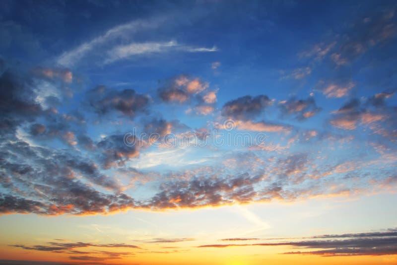 Cloudskape do céu com as nuvens cor-de-rosa no nascer do sol fotografia de stock royalty free