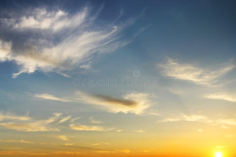 Cloudskape do céu com as nuvens cor-de-rosa no nascer do sol imagem de stock royalty free