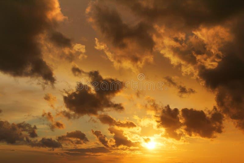 Cloudskape do céu com as nuvens cor-de-rosa no nascer do sol imagens de stock royalty free