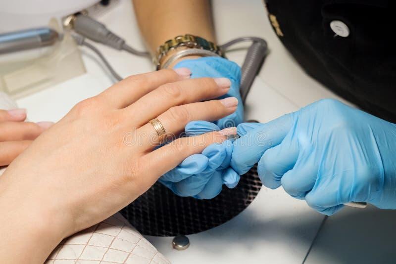 Clouez le soin de salon, d'ongle et de main images libres de droits