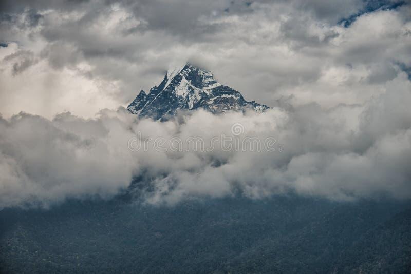 Clound bedeckte Berg, Annapurna, Nepal stockbild