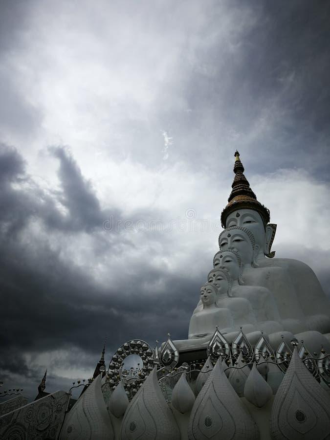 Clound buddha sken och fördärv fotografering för bildbyråer