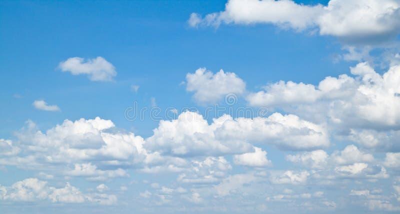 Clound et le ciel bleu images stock