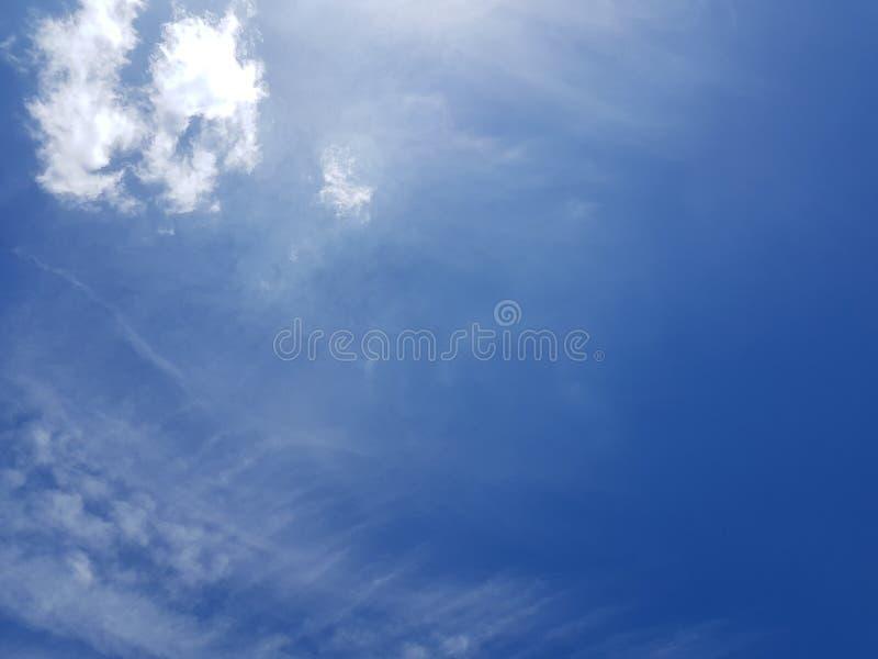 Clounds na niebieskim niebie zdjęcie royalty free