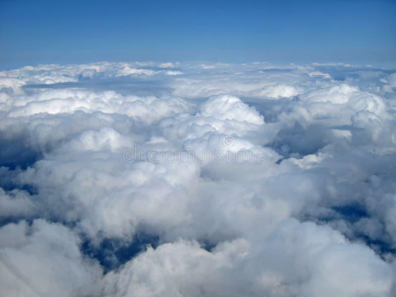 Clounds und blauer Himmel von der mittlere Luft-Perspektive stockbild