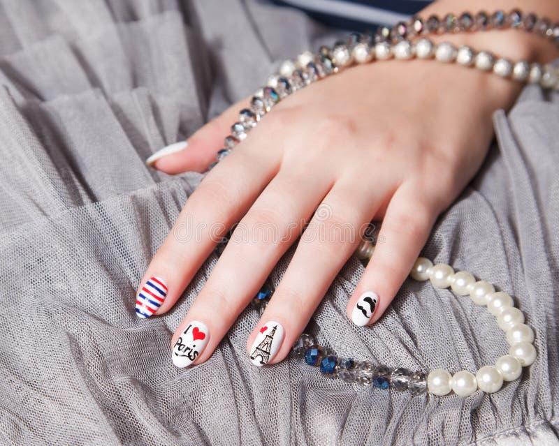 Clous à la mode avec le signe de Paris photo stock