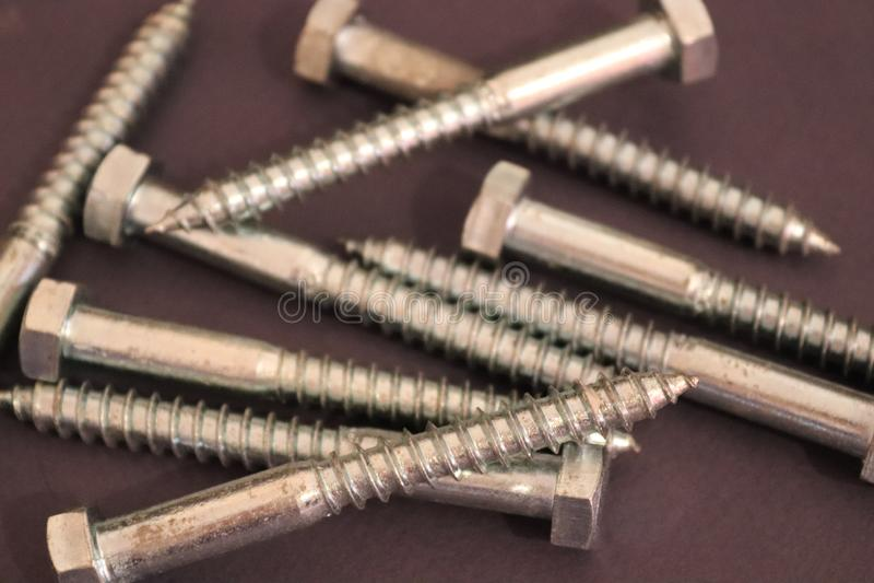 Clous argentés en métal sur le fond foncé image stock
