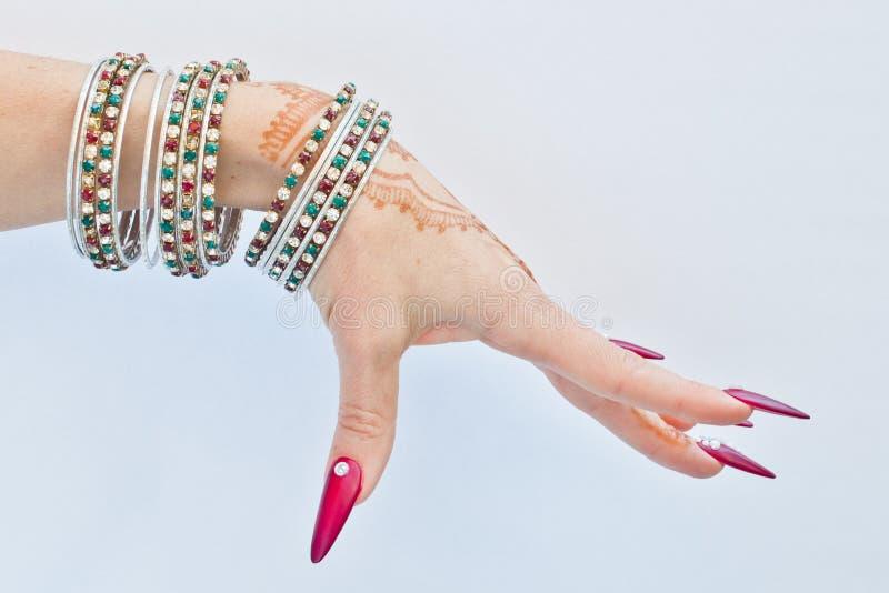 Clous décorés de brillant et de la main avec des tatouages de henné photo stock