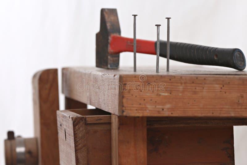 Clous et un marteau image libre de droits