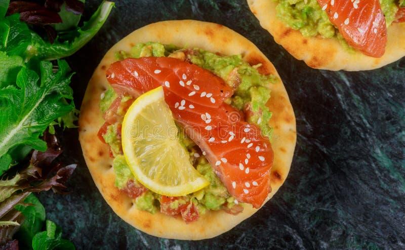 Clouse op sandwich met gerookte zalm, avocado, tomaat royalty-vrije stock fotografie