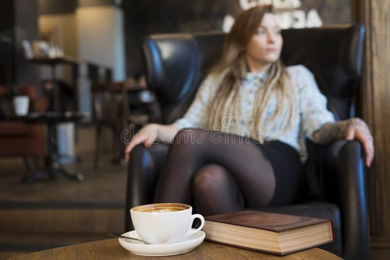 Clouseup de café jeune femme détendant dans un café Concept de mode de vie d'indépendant images libres de droits