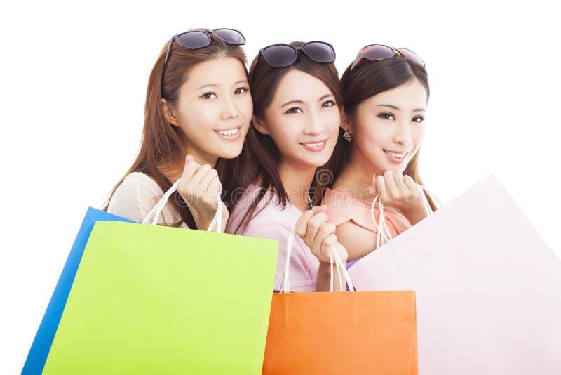 Clouseup des femmes asiatiques heureuses d'achats avec des sacs image stock
