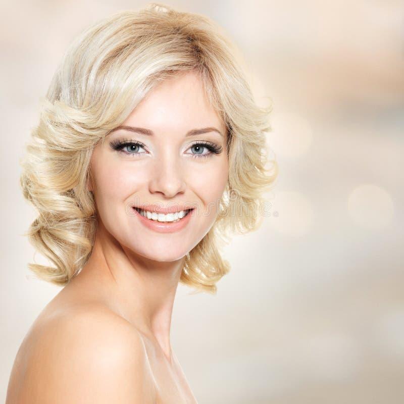 Clouseup hace frente de mujer hermosa con el pelo blanco fotografía de archivo libre de regalías