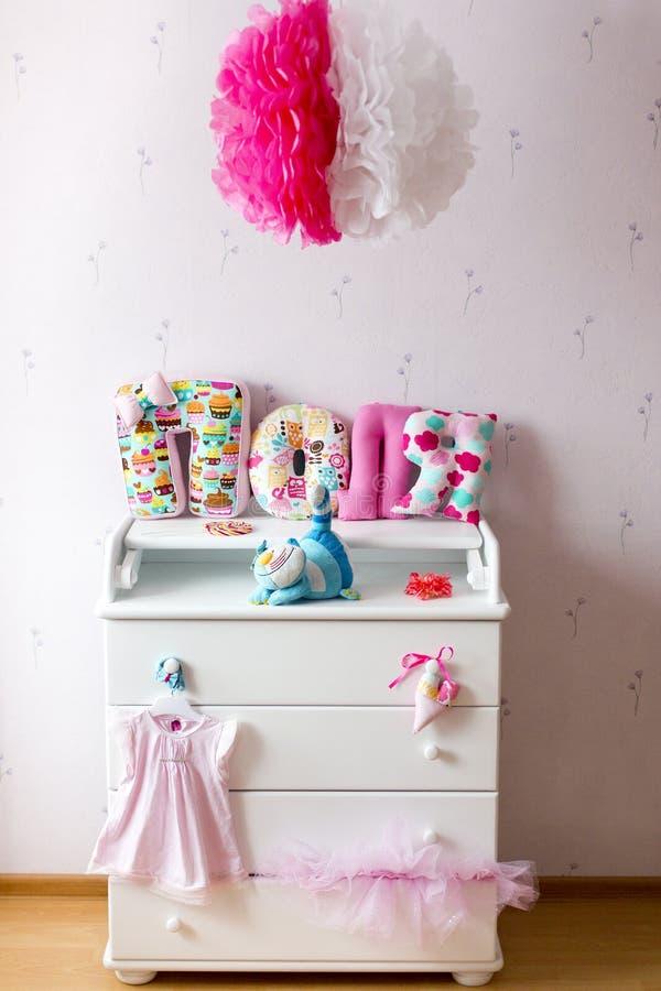 Clouthes et jouets blancs de whith de raboteuse photographie stock libre de droits