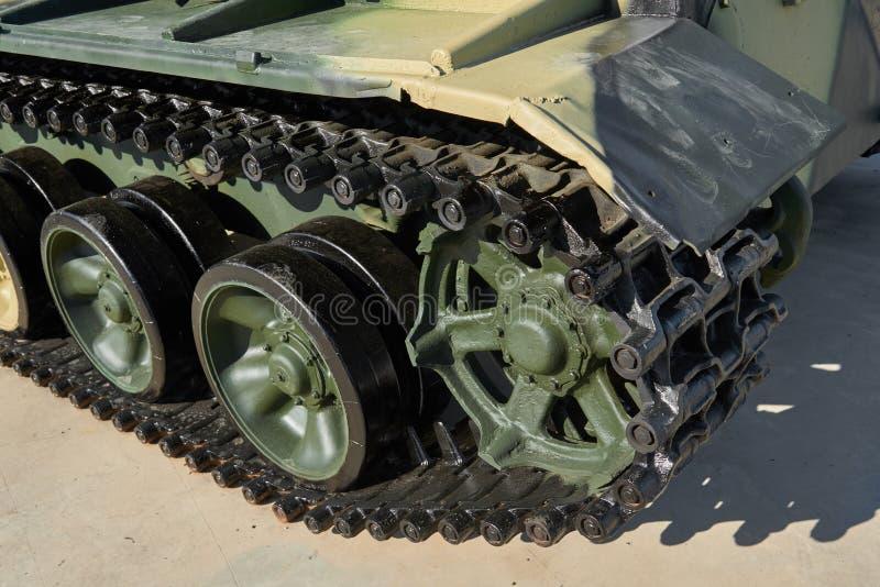 Clowe encima de la opinión sobre el nuevo cuerpo militar del tanque ligero, pista, camino de la suspensión rueda con los neumátic fotos de archivo libres de regalías