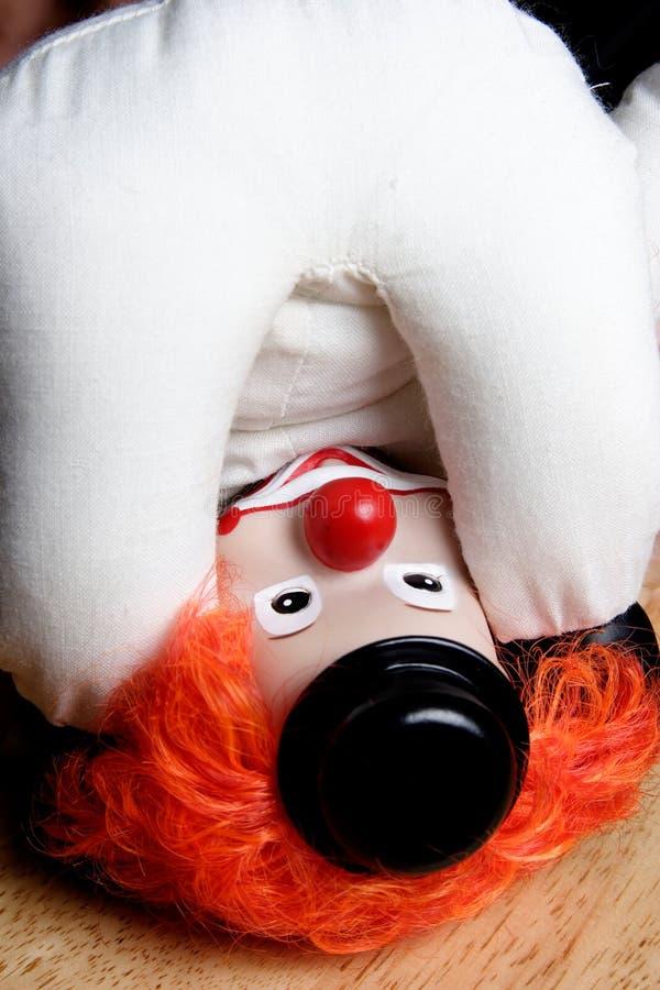 Clown à l'envers regardant propre âne images libres de droits