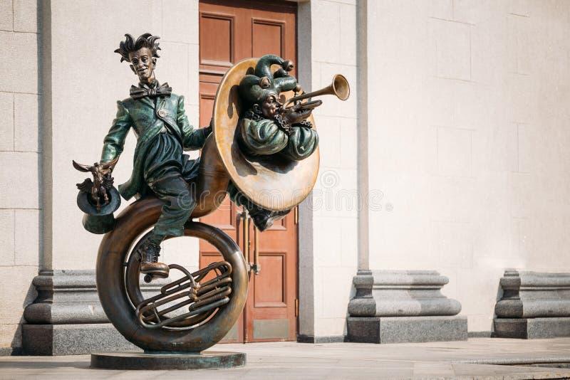 Clown-Acrobat-Skulptur nahe belarussischem Staat stockbilder