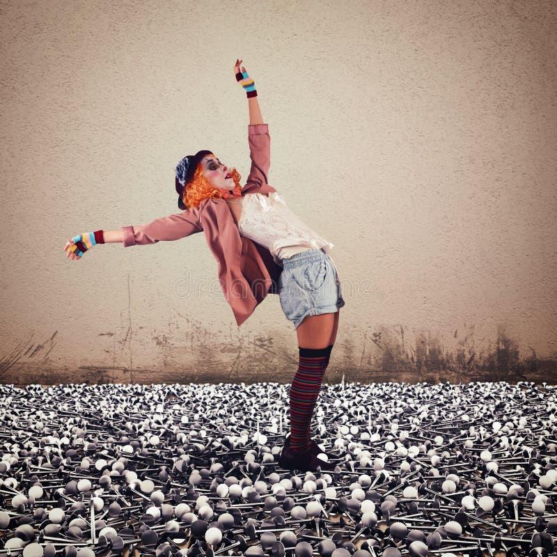 Clown auf Nägeln lizenzfreies stockfoto