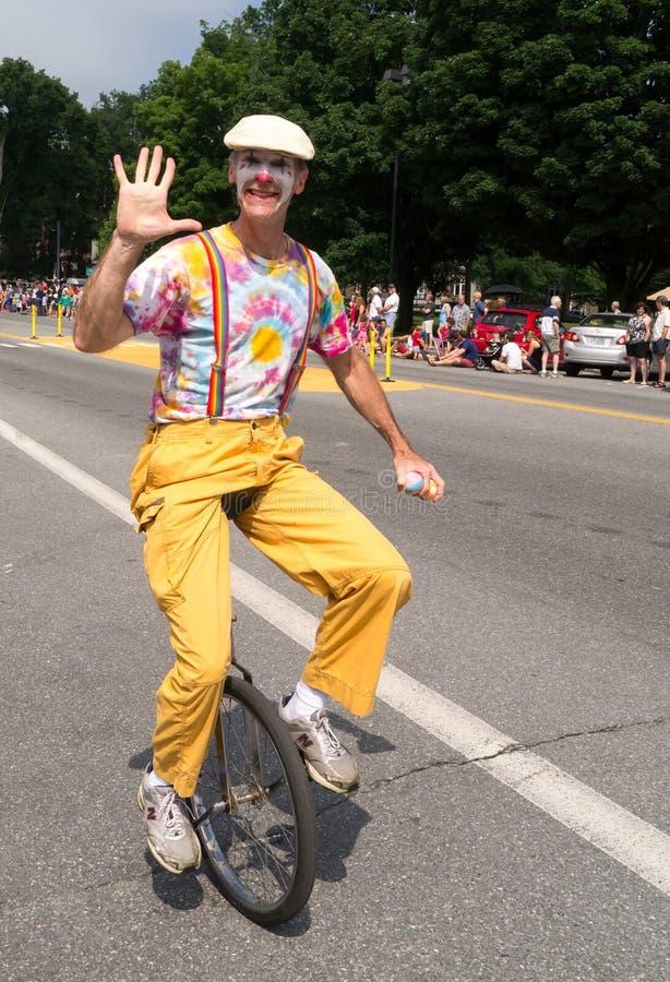 Clown auf Unicycle in der Parade lizenzfreie stockfotografie