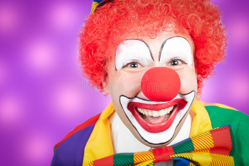 Clown avec le fond violet image stock