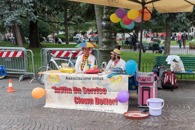 Clown de arts wordt uitgenodigd aan bij hun shows in Verona royalty-vrije stock afbeelding