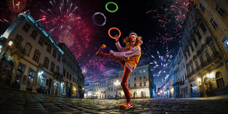 Clown de petit morceau de représentation de cirque de rue de nuit, jongleur Fond de ville de festival feux d'artifice et atmosphè image stock
