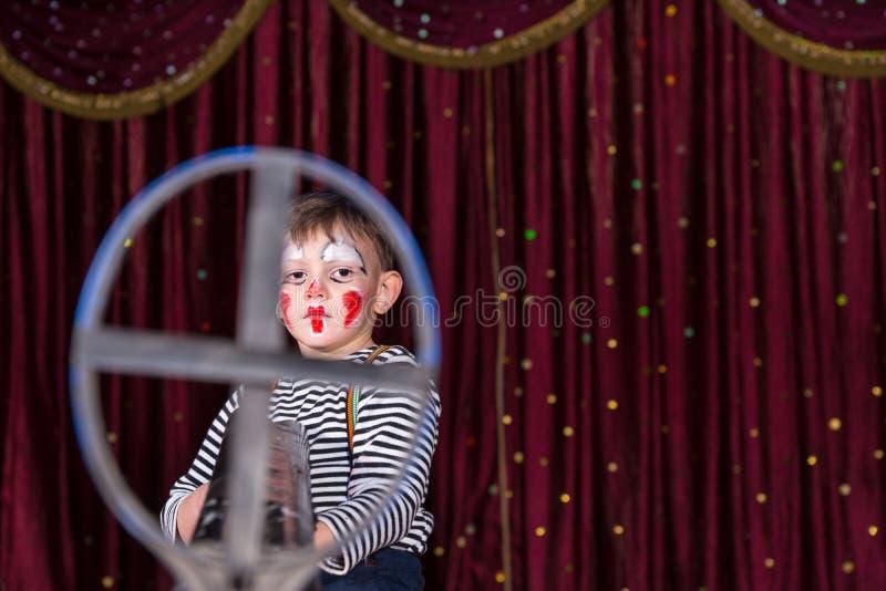 Clown de port Costume Framed de garçon dans l'appareil de pointage de fer images stock