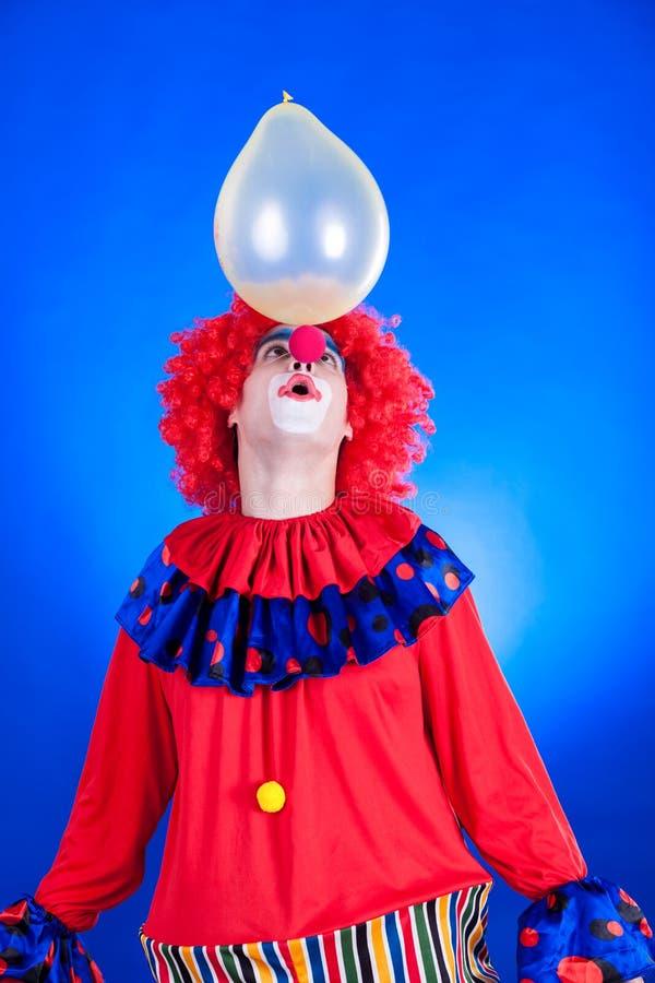 Clown de sourire dans le studio avec le ballon images libres de droits