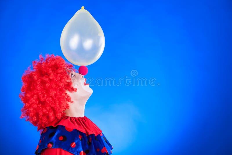 Clown de sourire dans le studio avec le ballon image libre de droits