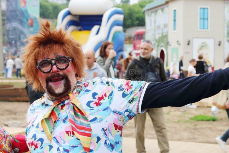 Clown an den Straßentheatern stellen nachts Freilichtfestival weiße dar stockfotos