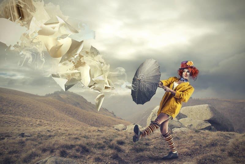 Clown, der einen Regenschirm hält stockbild