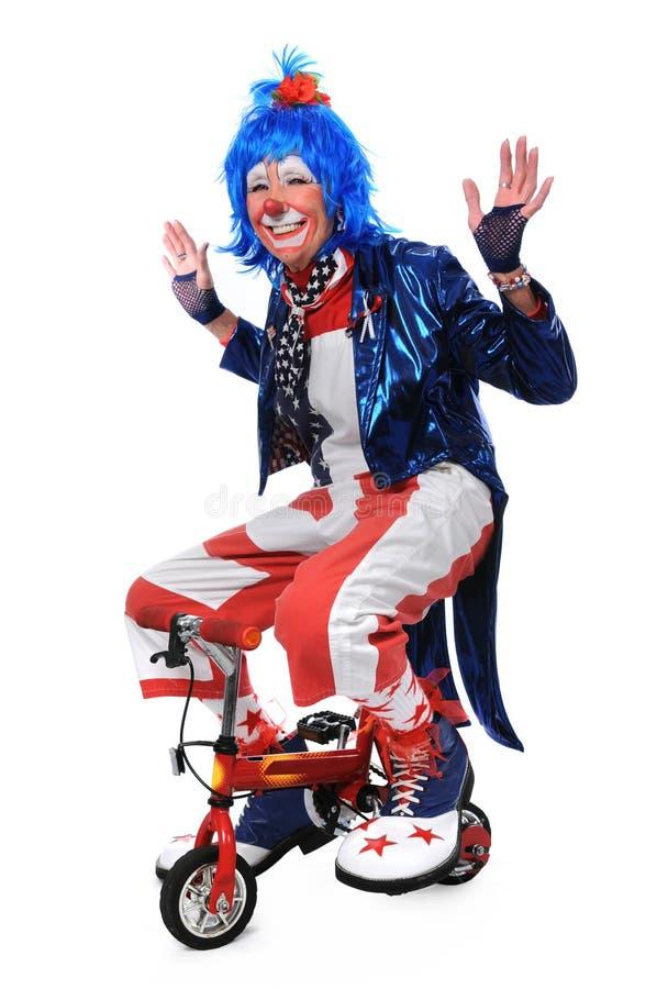 Clown, der Fahrrad fährt lizenzfreie stockfotos