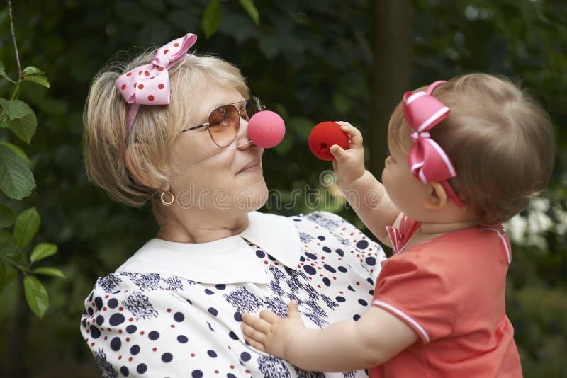 Clown, der mit einem kleinen Mädchen spielt stockfotos