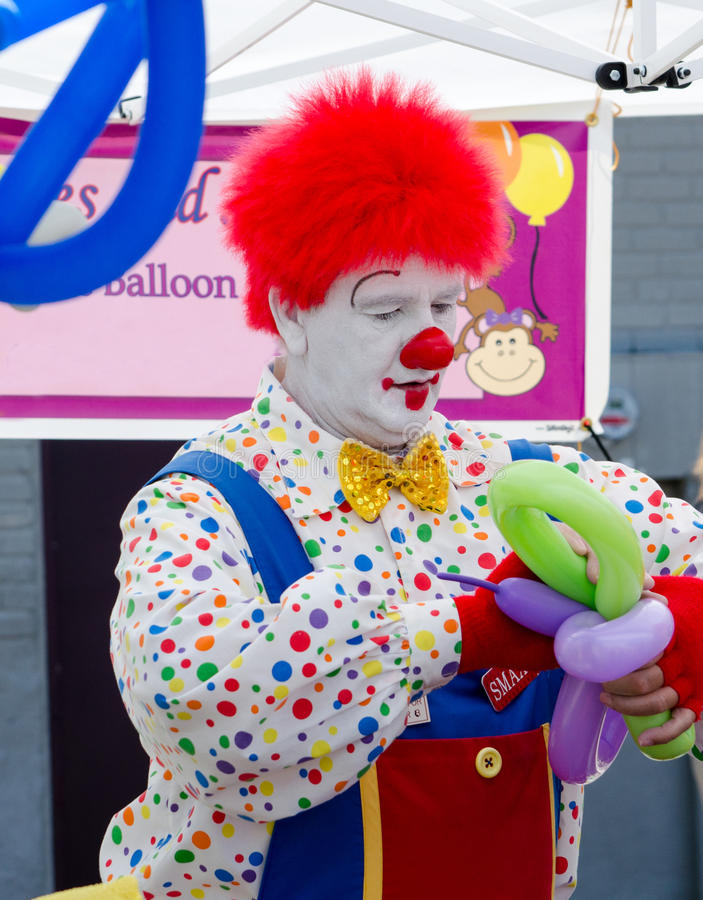 Clown die ballondieren maken stock afbeelding