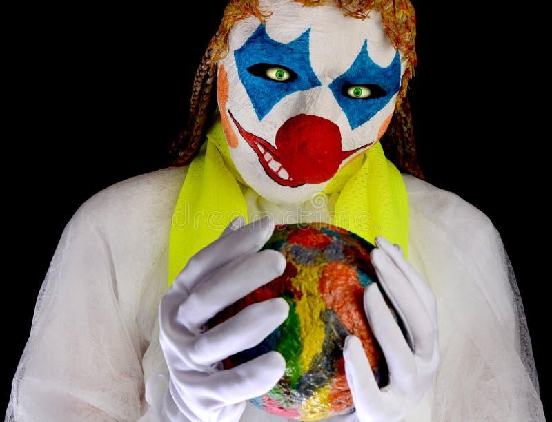 Clown die een masker dragen en witte kleren dragen stock foto