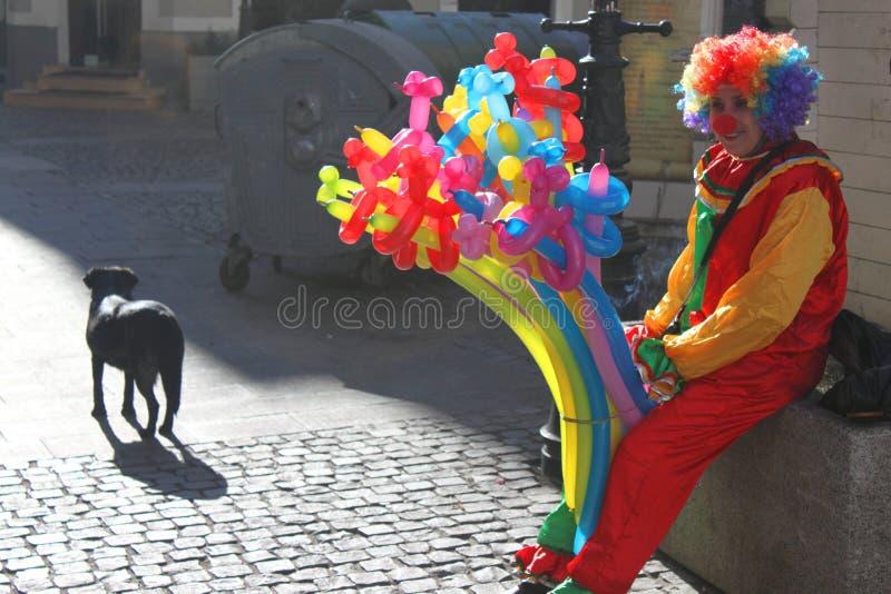 Clown et chien photo stock