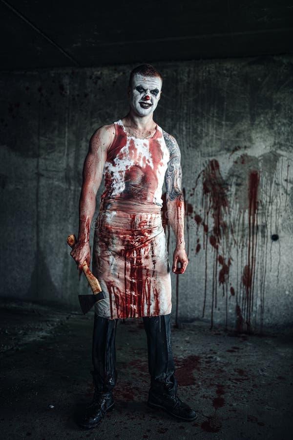 Clown-fou ensanglanté avec la hache image stock