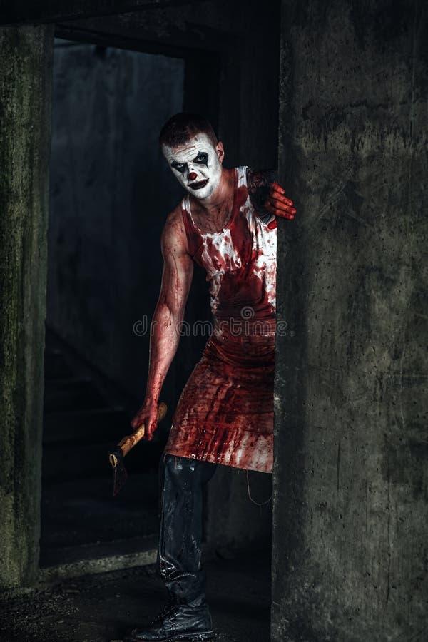 Clown-fou ensanglanté avec la hache photo libre de droits