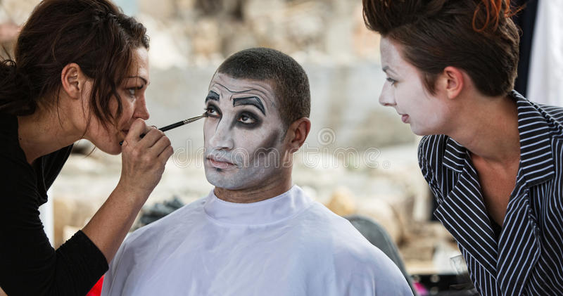 Clown Getting Eye Shadow arkivbild