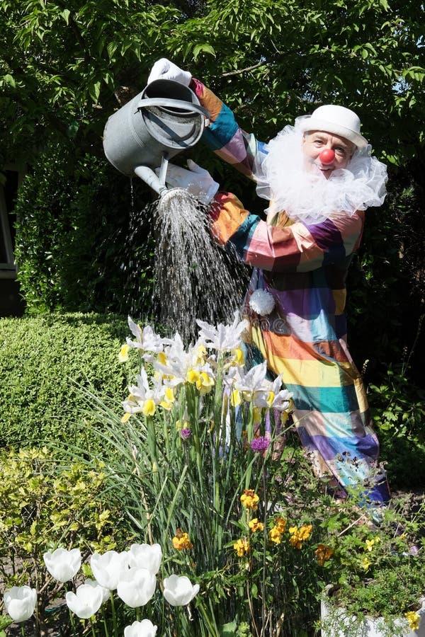 Clown i trädgården royaltyfri foto