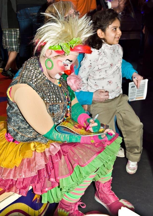 Clown-kennzeichnende Autographe am Zirkus stockfotos