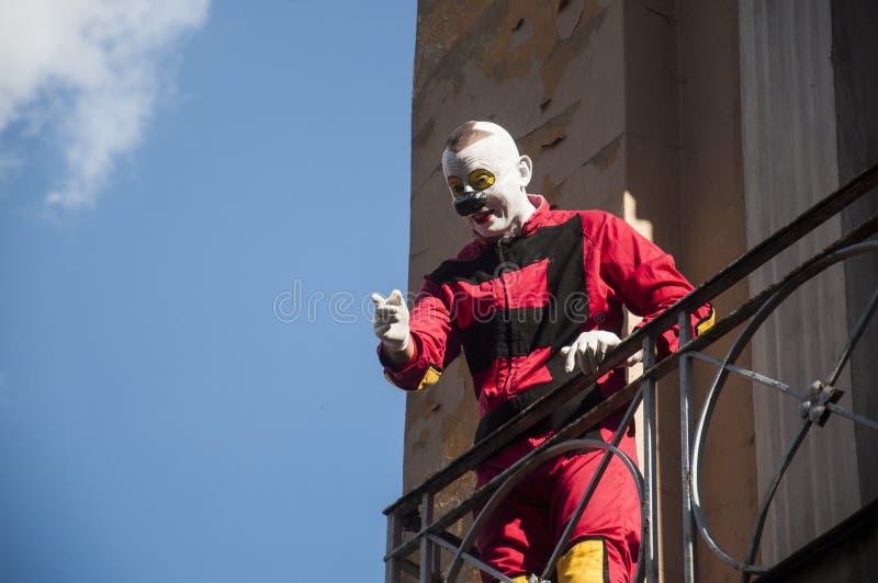 Clown LUBLINS, POLEN 29. Juli 2017 - auf Balkon in der alten Stadt während der Show an Festival Carnaval Sztukmis gelegt in Stadt lizenzfreies stockbild