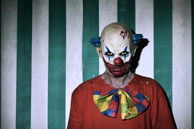 Clown mauvais effrayant dans le cirque image stock