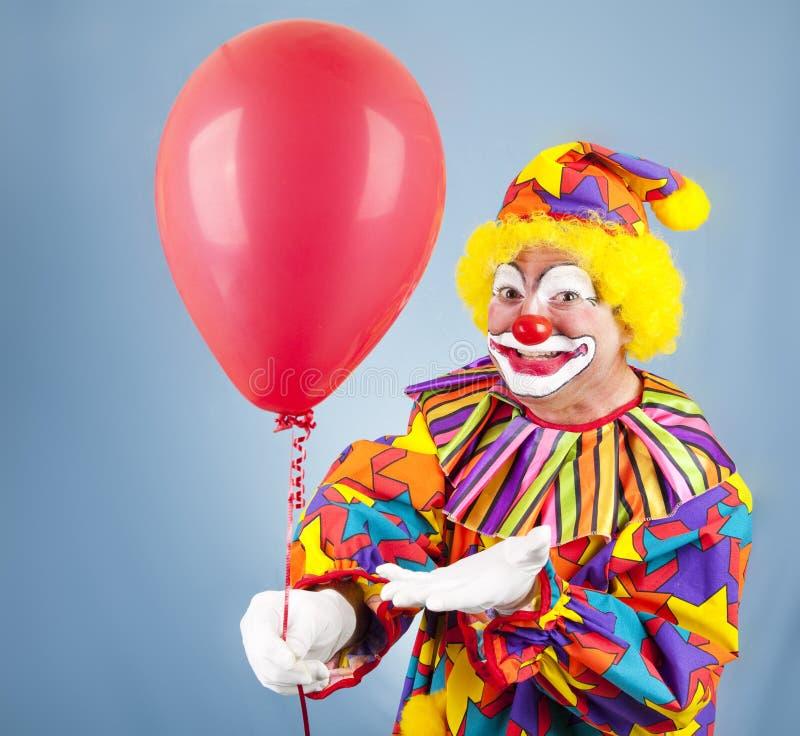 Clown mit Ballon für Sie lizenzfreie stockfotos