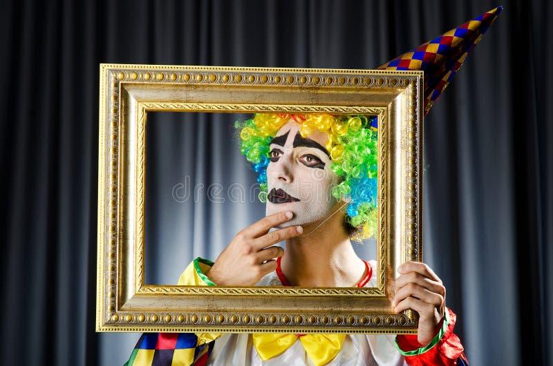 Clown mit Bilderrahmen stockbild